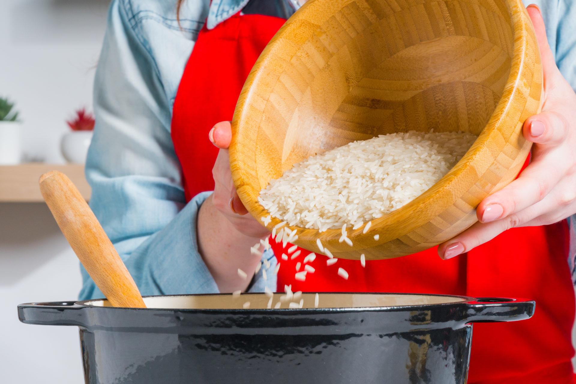 Adição do arroz agulha cigala ao tacho