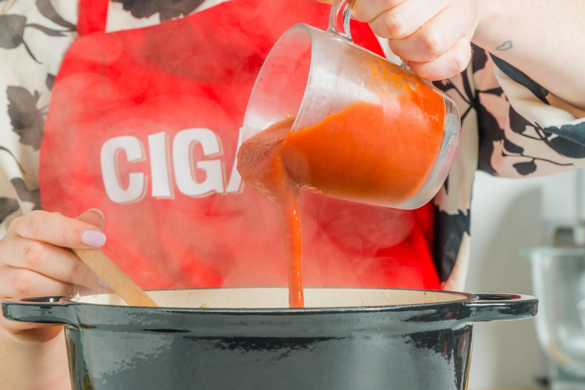 Adicionar a polpa de tomate ao refogado