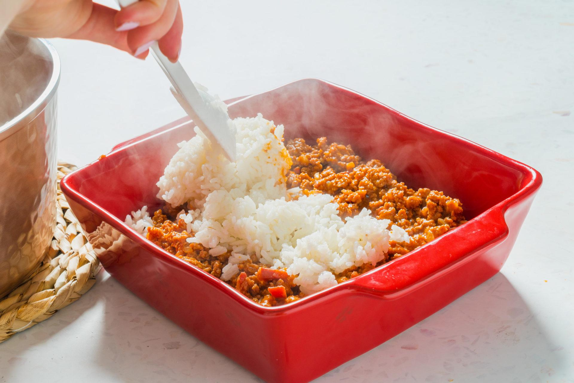 Cobrimento do preparado de carne com arroz