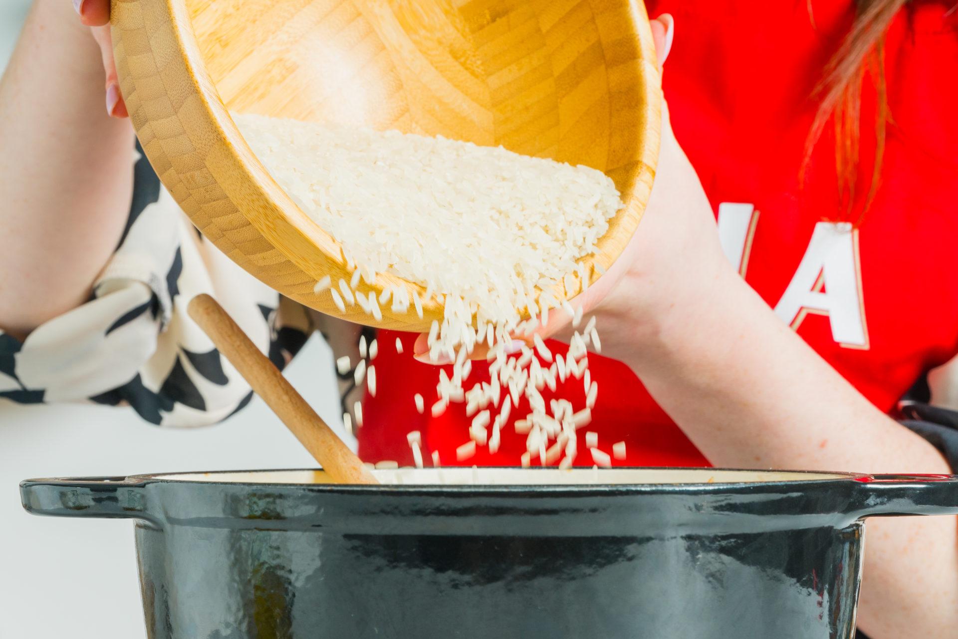 Adição de arroz agulha cigala no tacho
