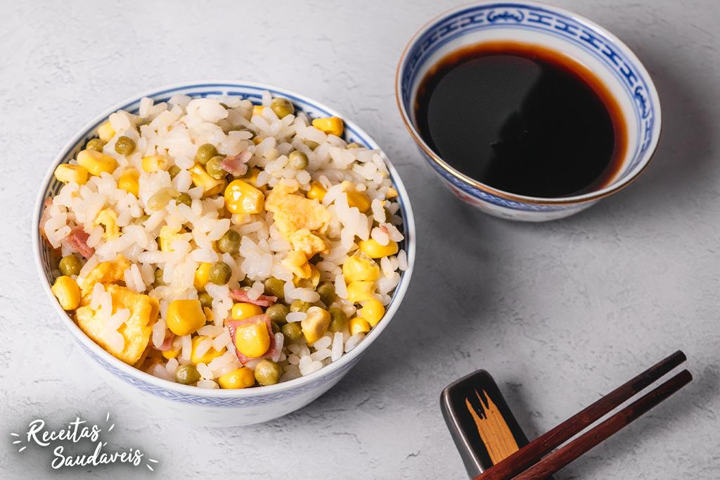 arroz chau chau com molho de soja e legumes de receitas saudáveis cigala