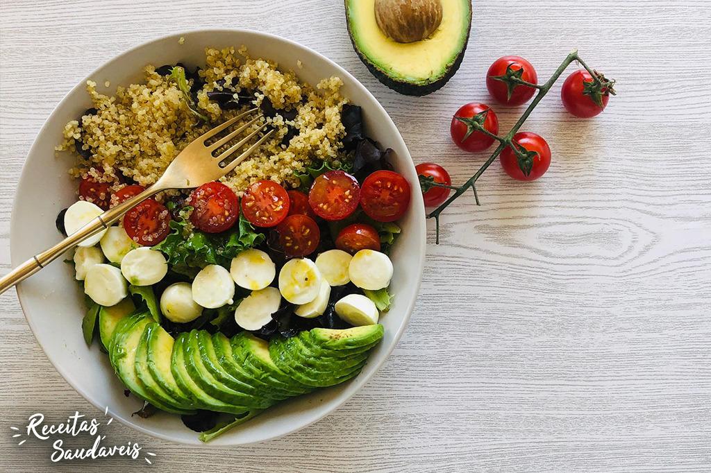 salada de quinoa com abacate tomate mozzarella e molho de vinagrete