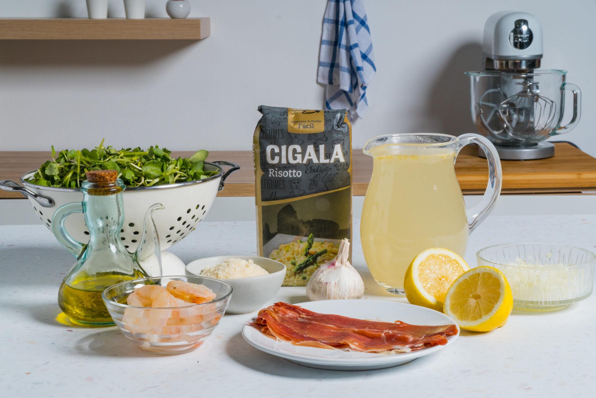 ingredientes de risotto de camarão, presunto e agriões