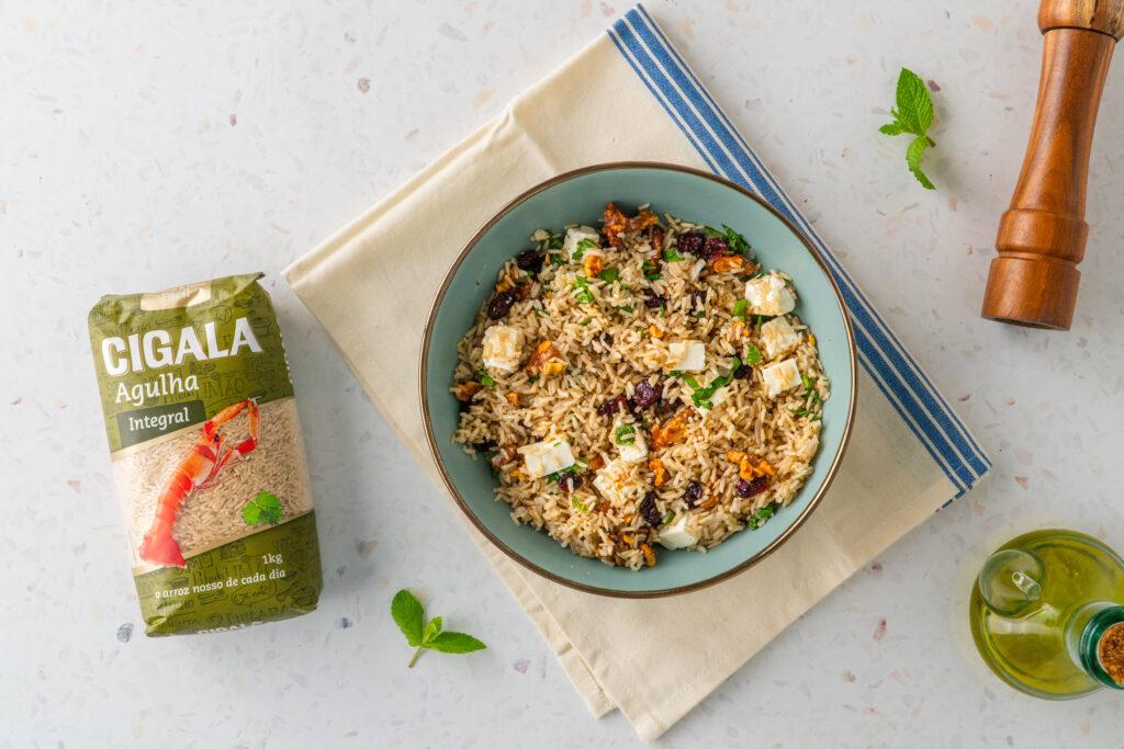 salada de arroz integral com nozes arandos e queijo feta