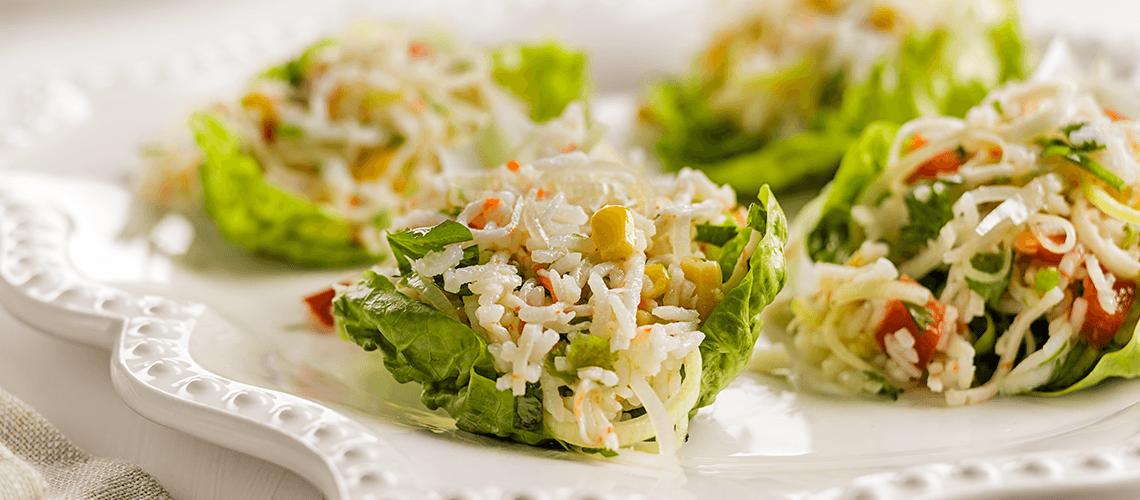 Folhas de alface com arroz de caranguejo