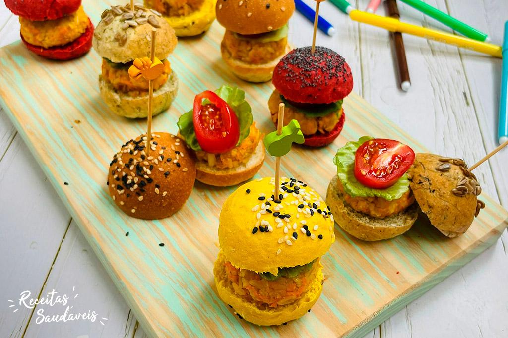 hambúrgueres de arroz integral com alface e tomate numa tábua de madeira para o regresso às aulas