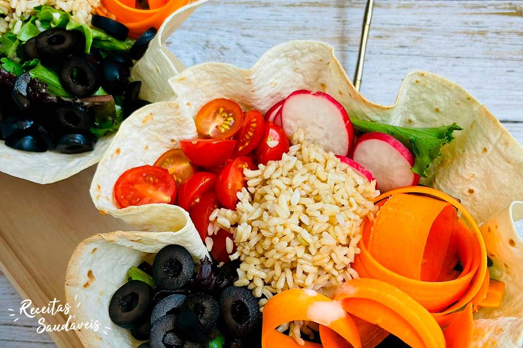 bowl de arroz integral cigala com cenoura, azeitonas, rabanetes e tomates