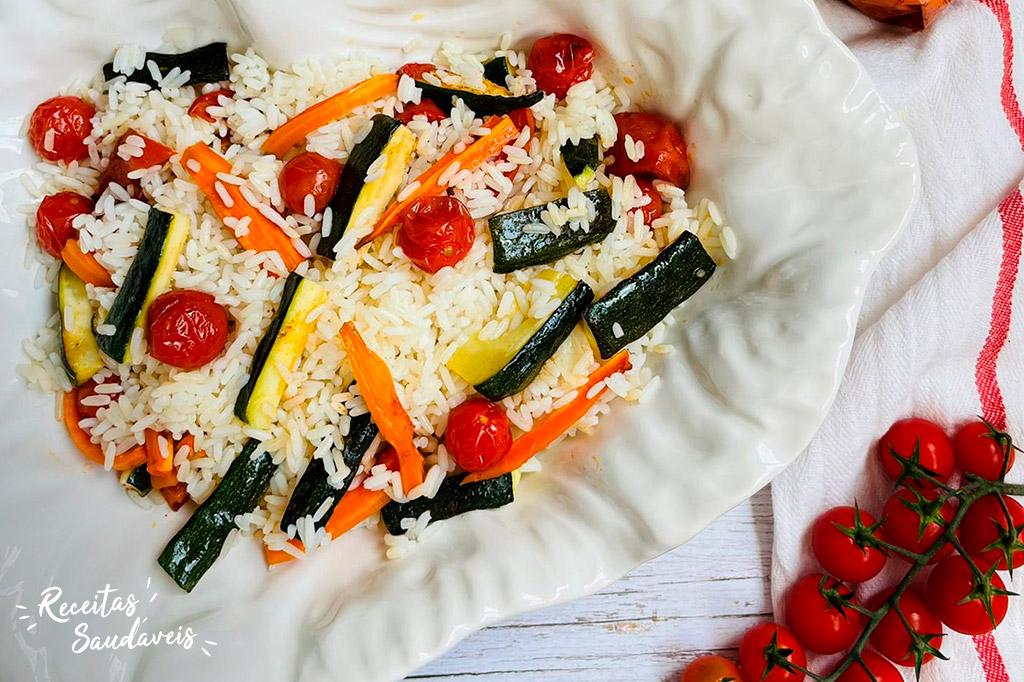 salada fria de arroz com legumes assados