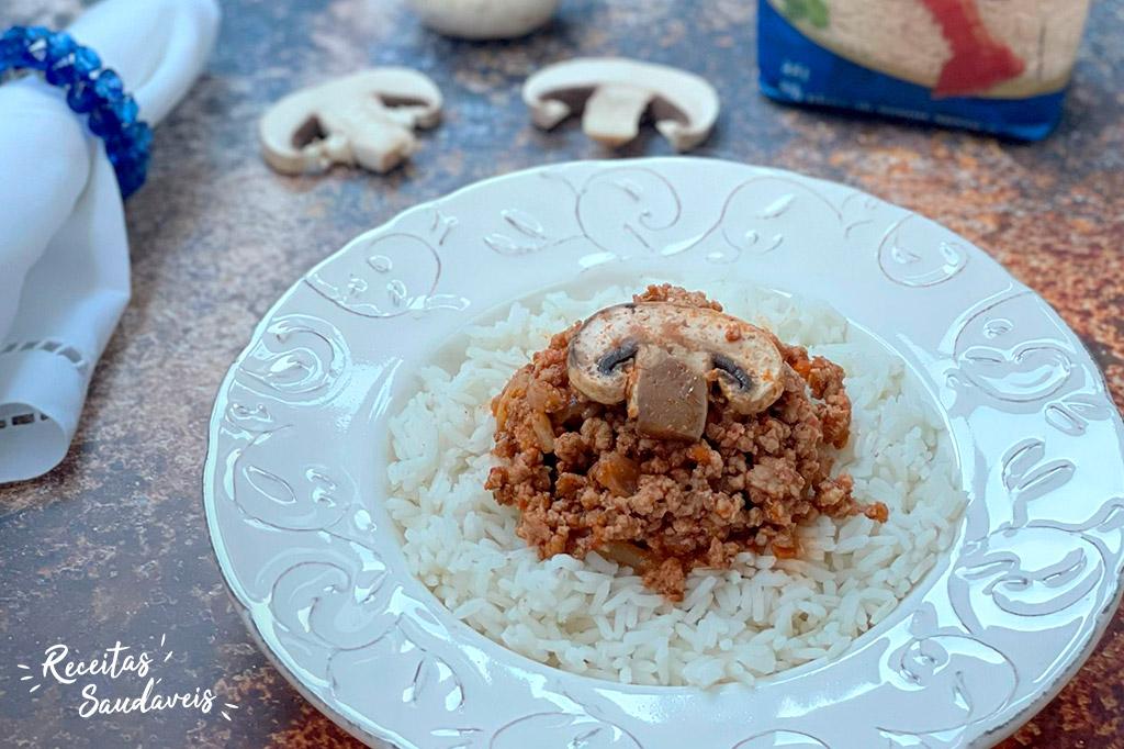 Bolonhesa de arroz com cogumelo num prato branco